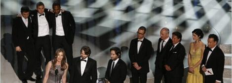 """Los productores y el reparto de """"The Hurt Locker"""" aceptan el Oscar a Mejor Película."""